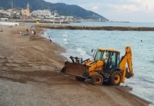 Máquinas retroexcavadoras llenarán de arena tres playas de Sitges